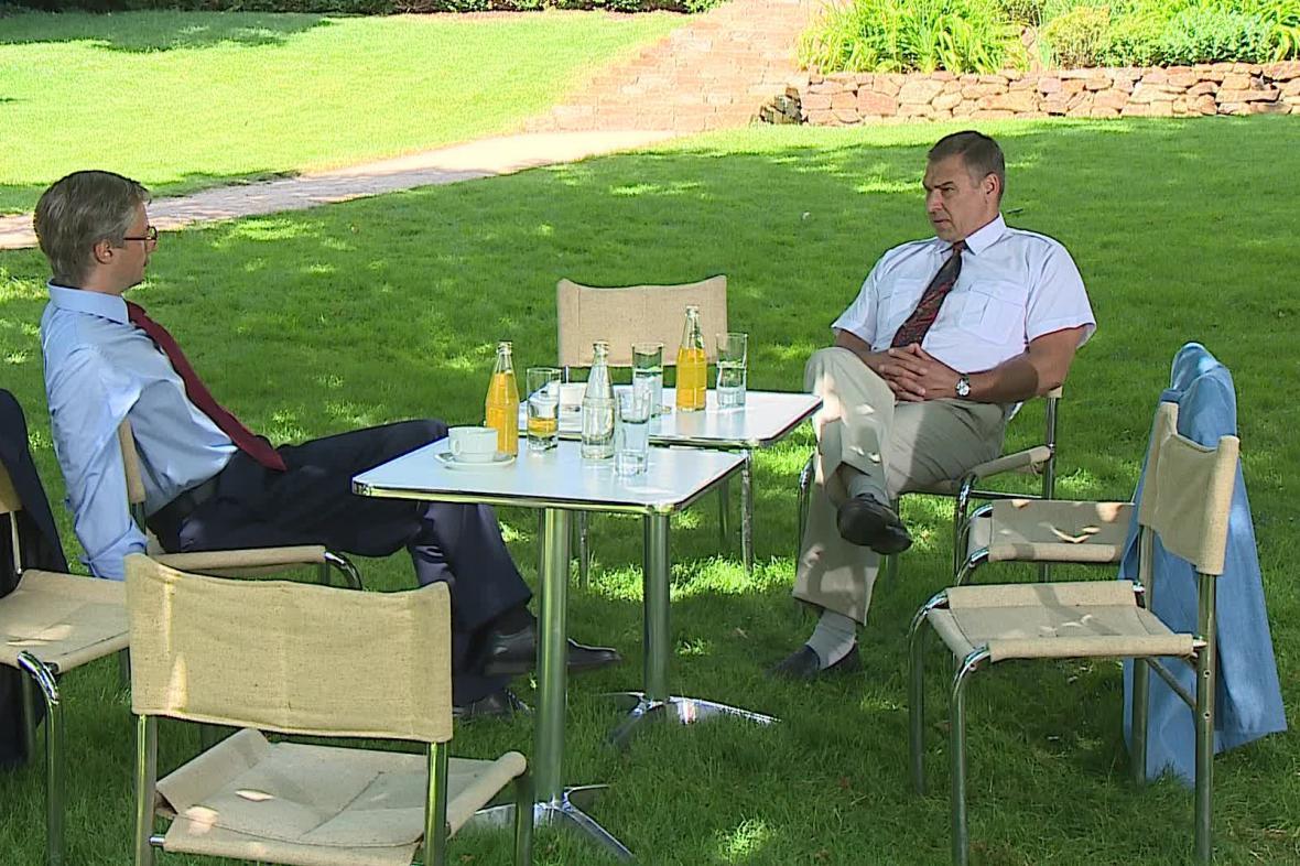 Schůzka Klause s Mečiarem ve filmu Roberta Sedláčka