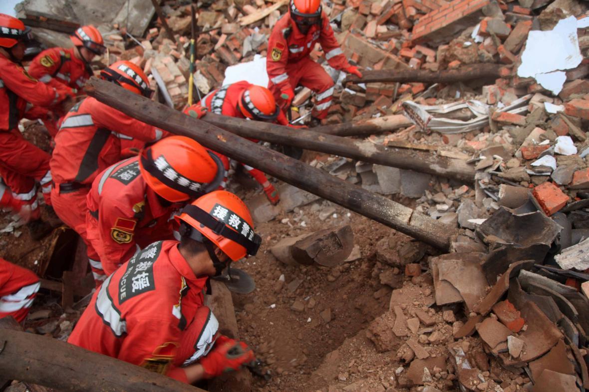 Záchranáři prohlížejí trosky po zemětřesení v Číně