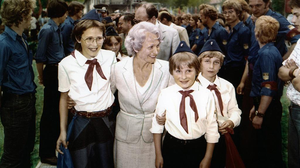 1981 - Margot Honeckerová s pionýry