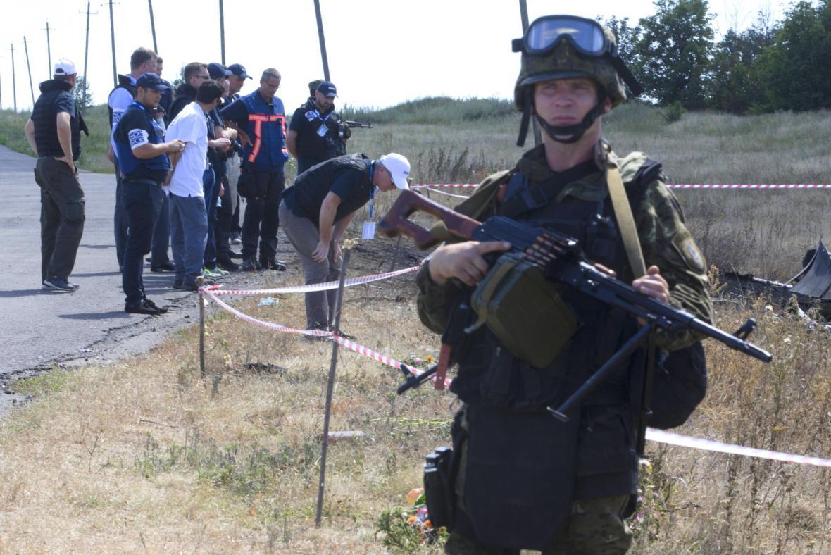 Ukrajinský voják na místě pádu boeingu