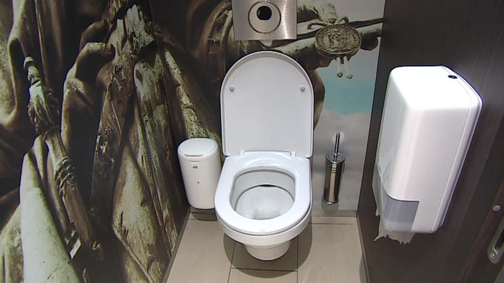 Veřejné záchodky u benzinové pumpy Shell v Česku