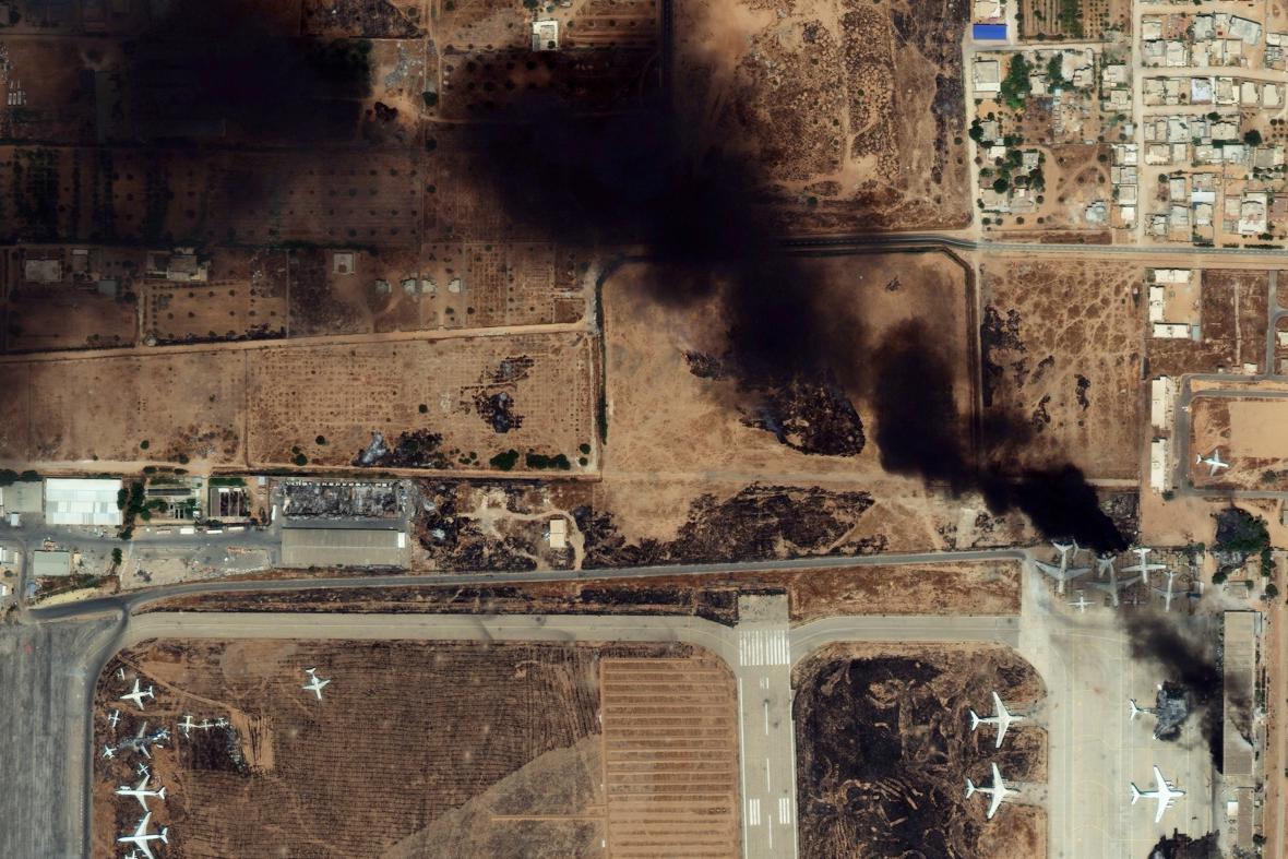 Požár u letiště v Tripolisu