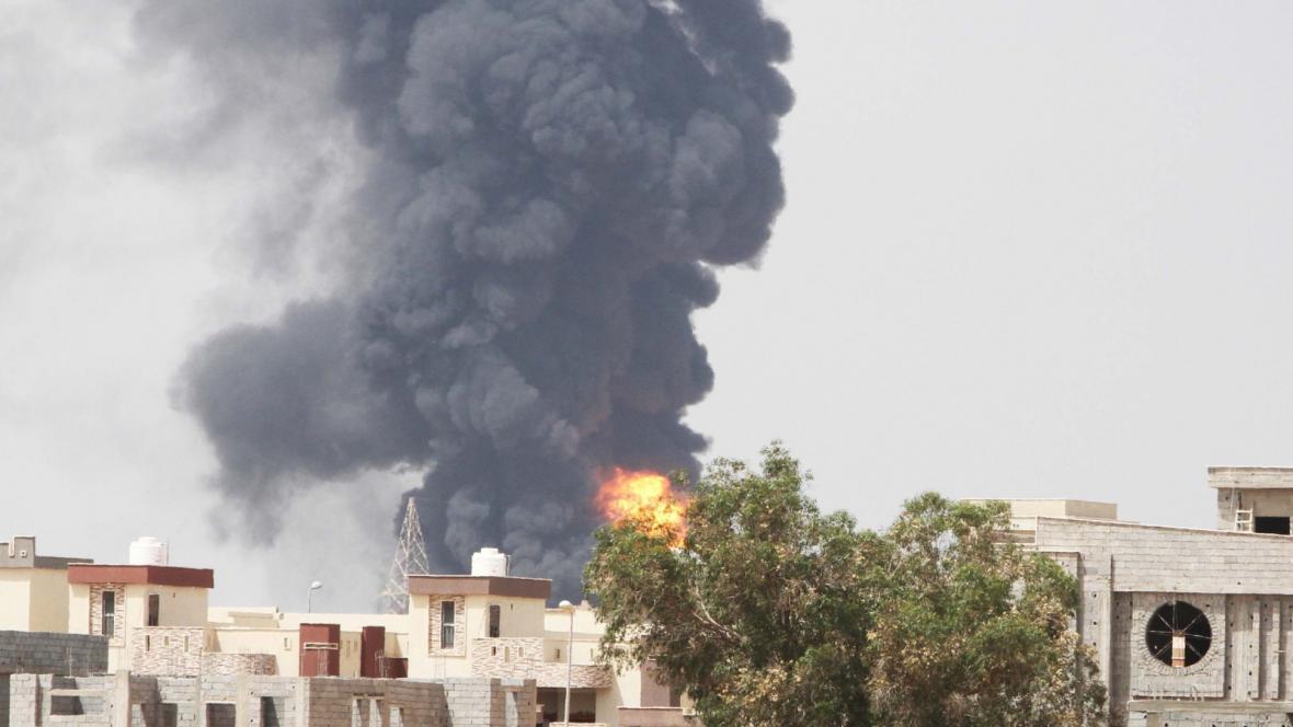 Hořící sklad paliv v Tripolisu