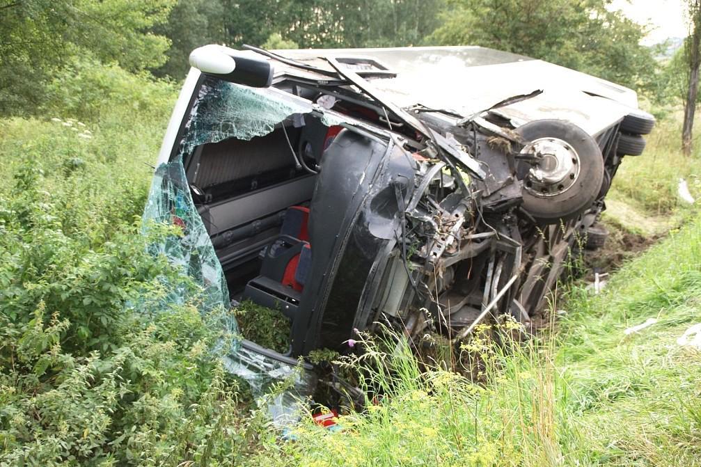 Nehoda italského autobusu a osobního auta na Rakovnicku