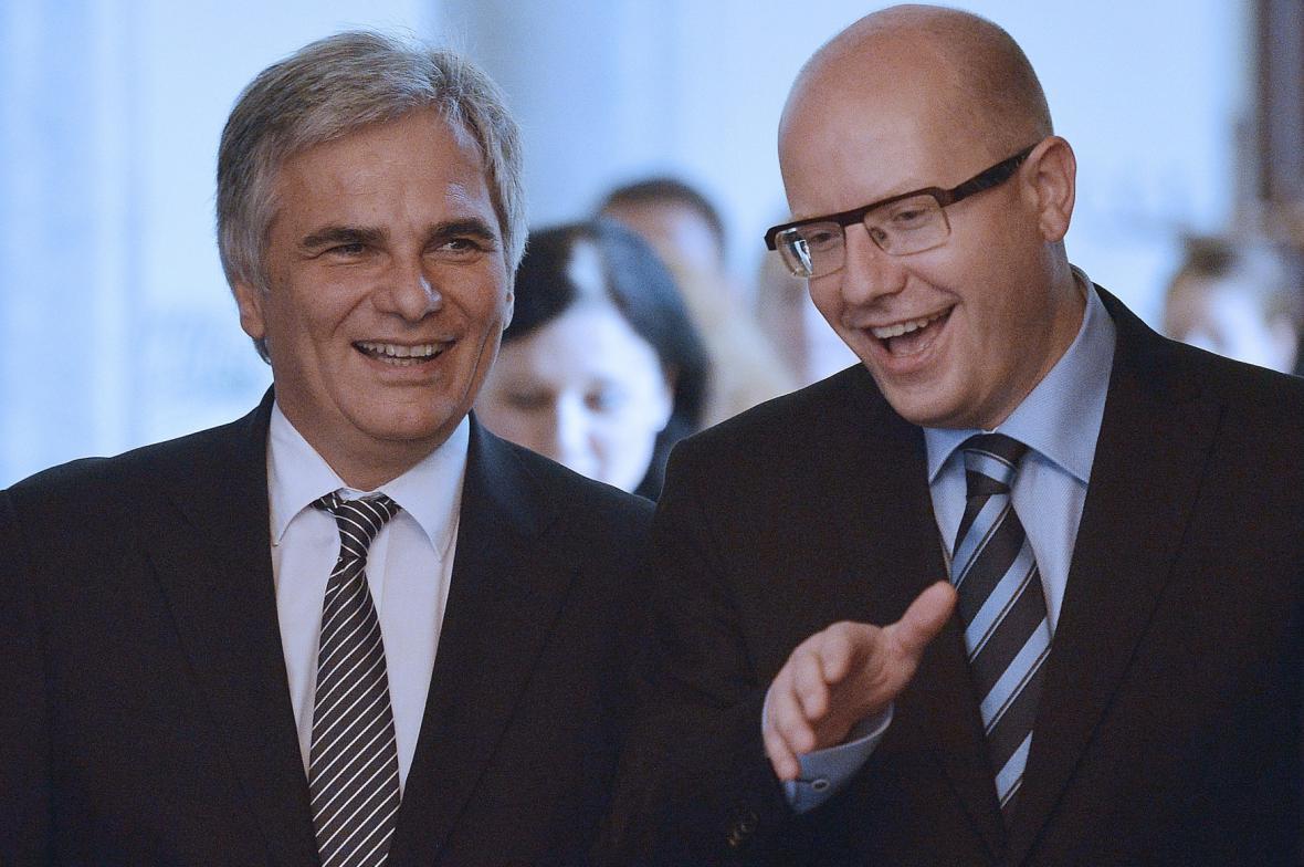 Rakouský kancléř Werner Faymann s premiérerm Bohuslavem Sobotkou