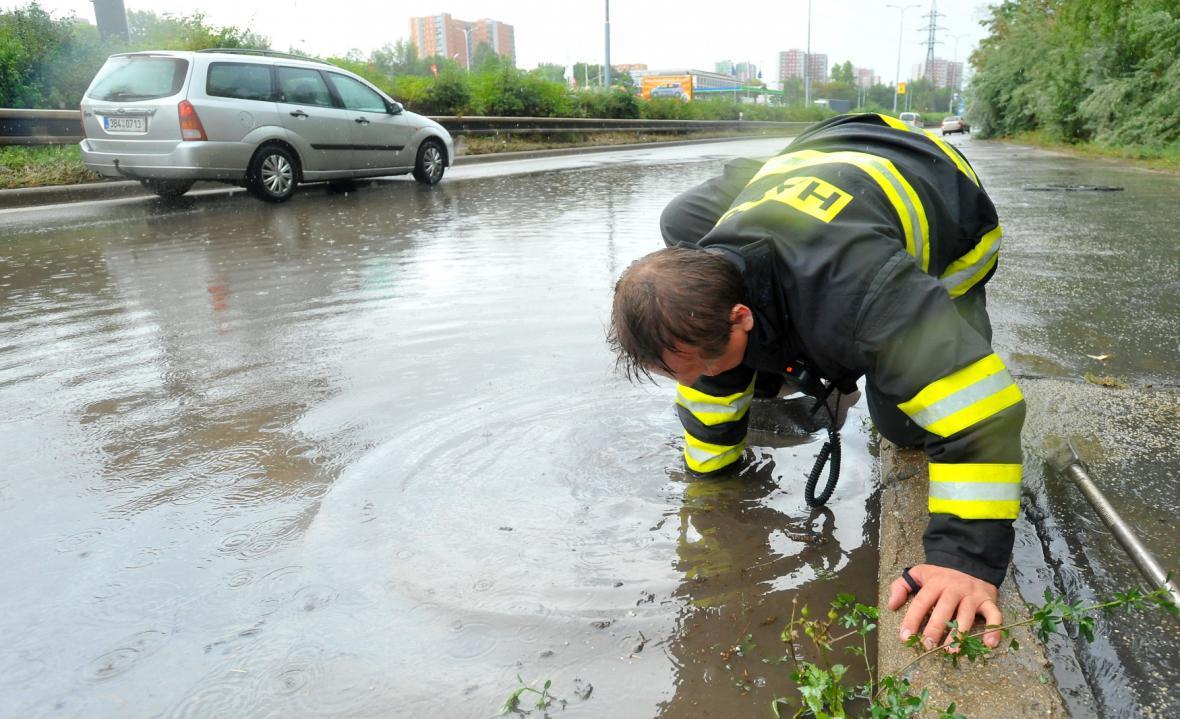 Vytopená kanalizace v Jedovnické ulici