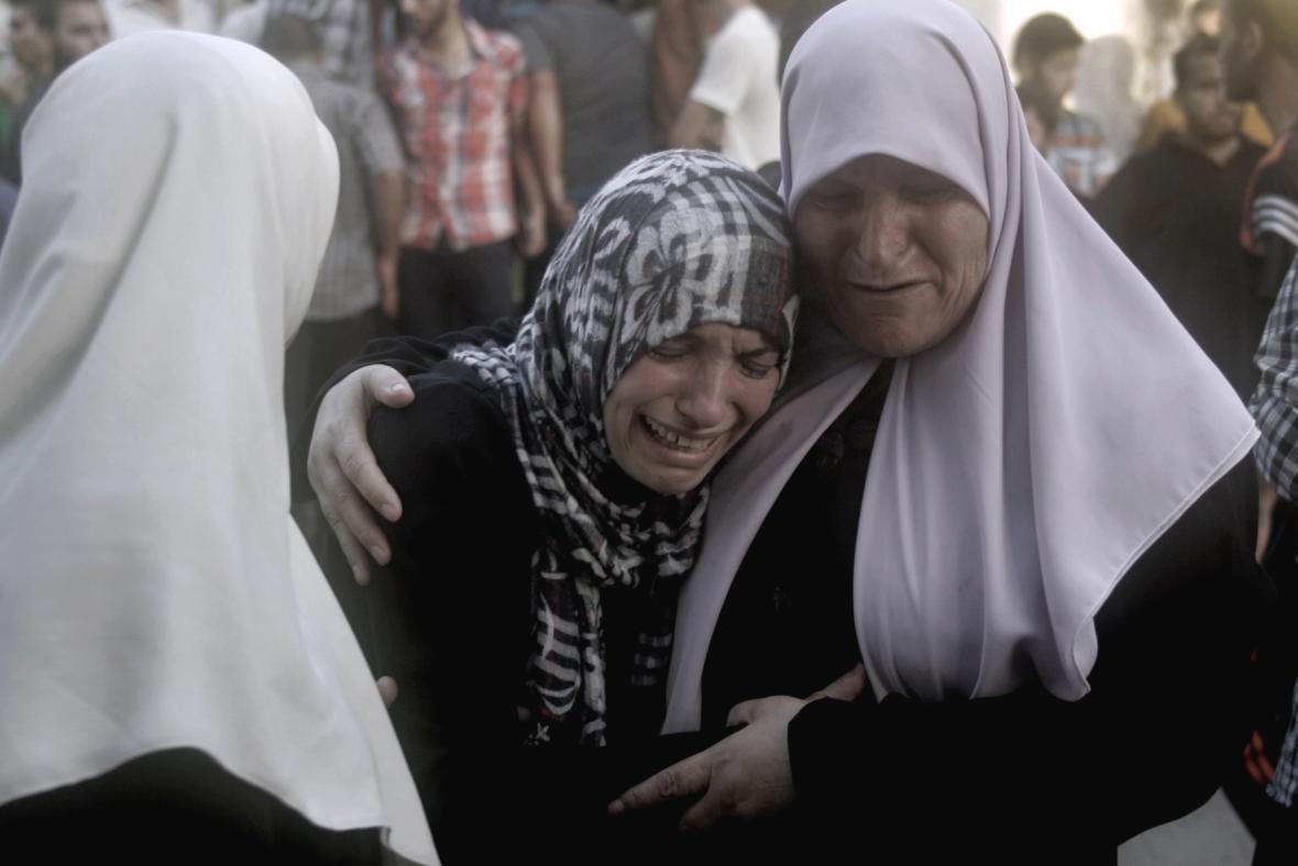 Oplakávání obětí bombardování v Gaze