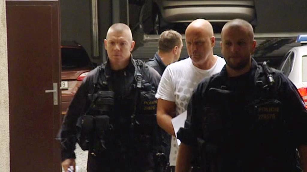 Policisté přivážejí Tomáše Kolingera k výslechu
