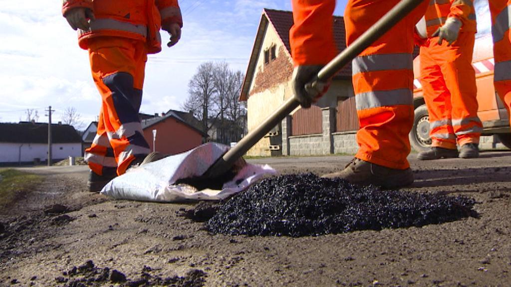 Provizorní oprava silničních výtluků studenou směsí
