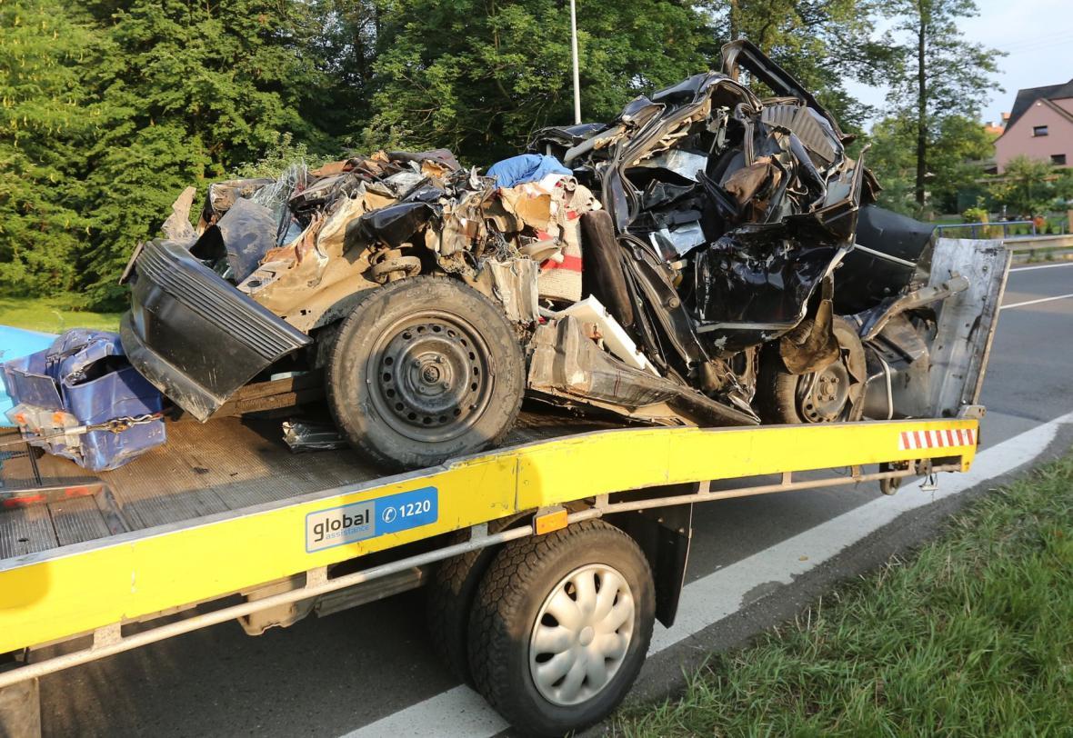 Vrak auta po nárazu kamionu