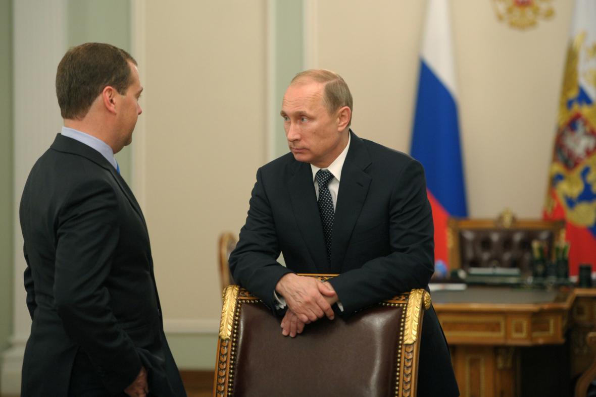 Dmitrij Medvěděv a Vladimir Putin žádají vyšetření pádu boeingu