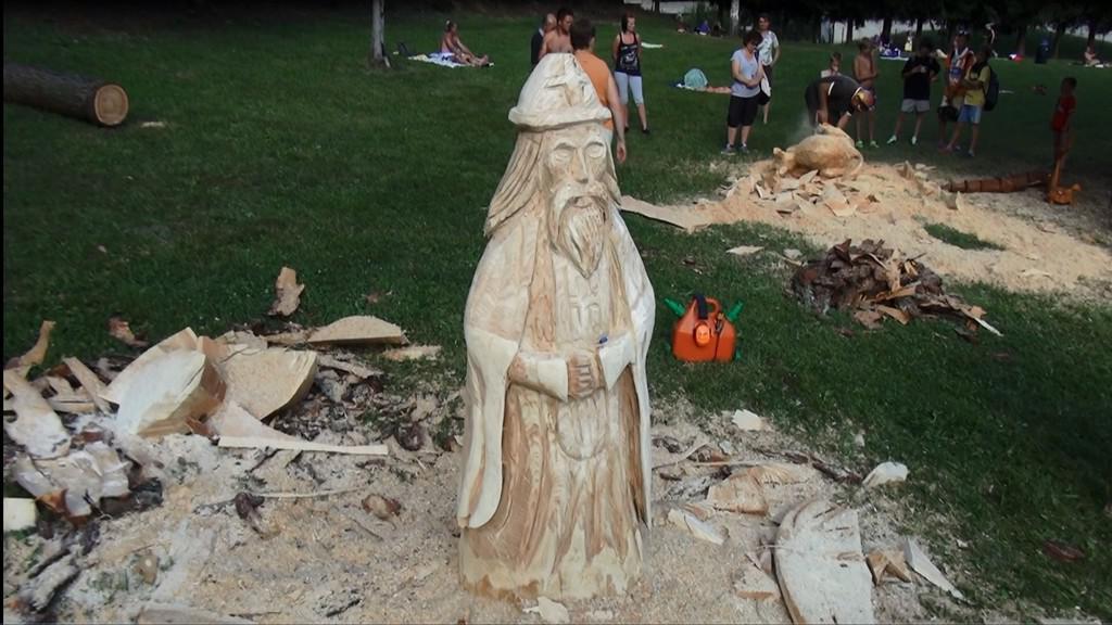 Jedna z vyřezaných soch ve Mříčné