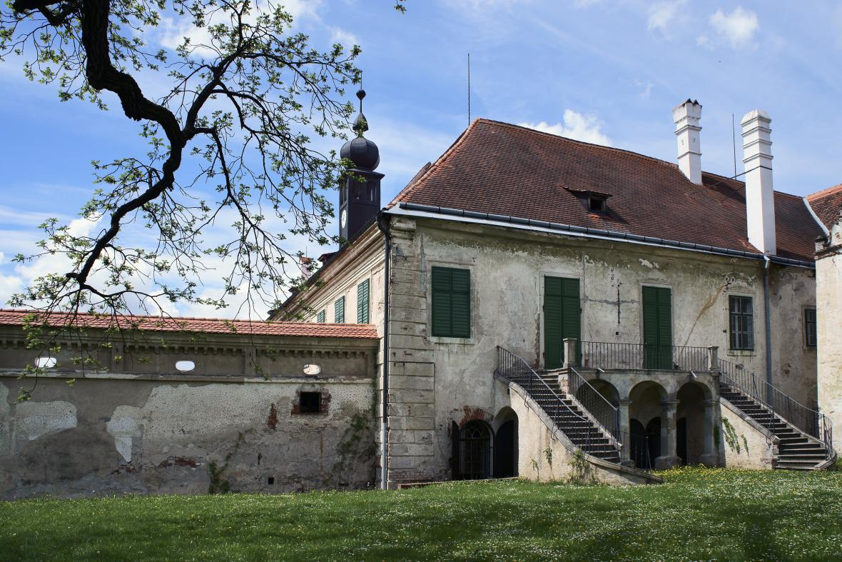 Zchátralý zámek v Uherčicích
