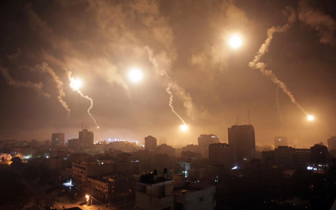 Světlice nad palestinským městem
