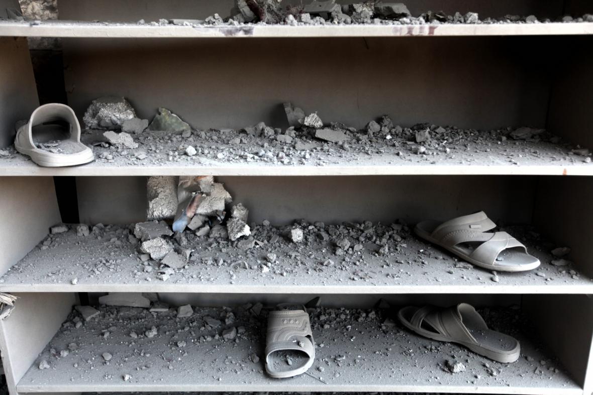 Boty muslimů z mešity Ameen v ostřelované Gaze