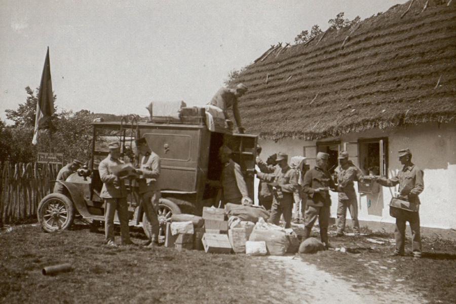 Přebírání polní pošty u polního poštovního úřadu