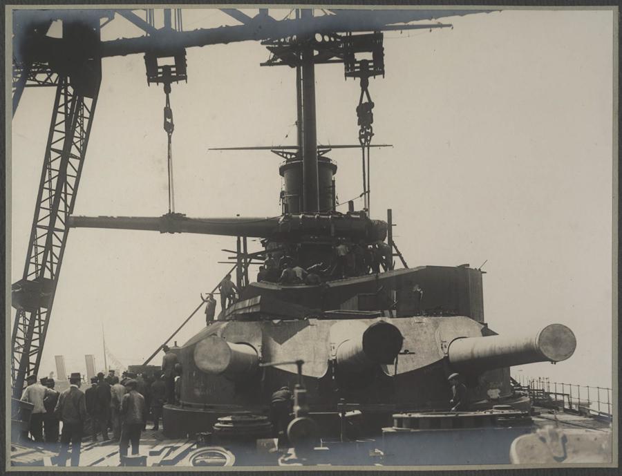 Instalace 305mm děla do věže č. 3 na zádi bitevní lodi třídy Tegetthoff