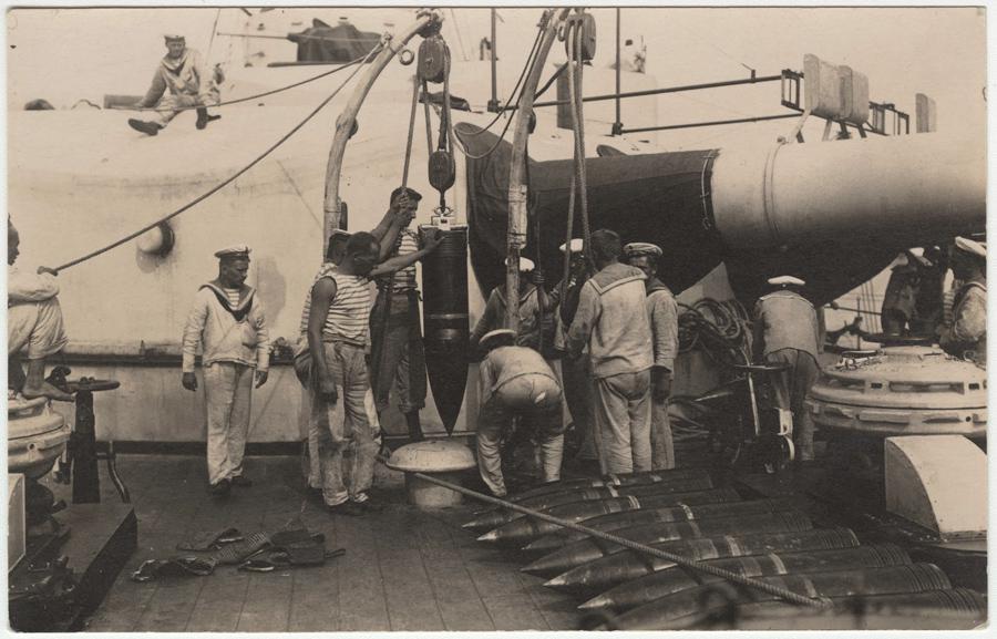 Nakládka granátů do muničního skladiště bitevní lodě