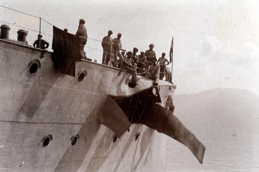 Lehký křižník Saida po zásahu nepřátelským granátem