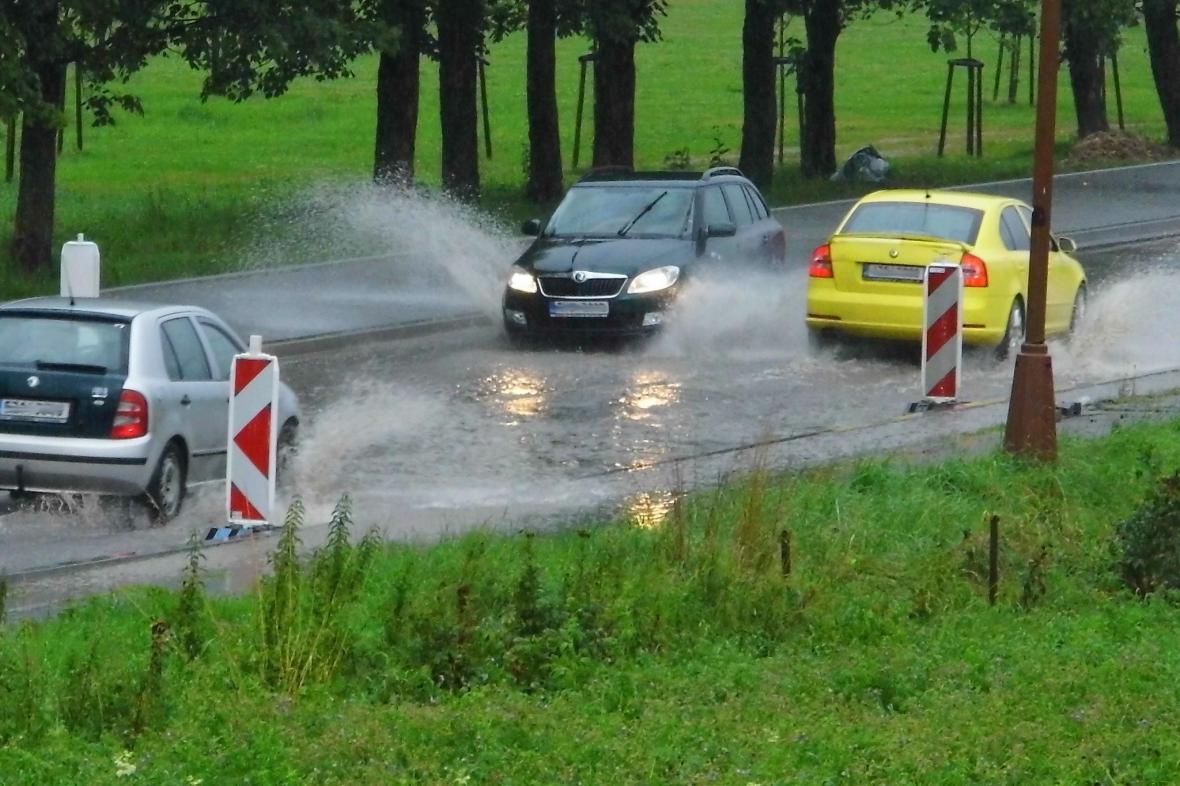 Zaplavená silnice v Halenkově na Vsetínsku