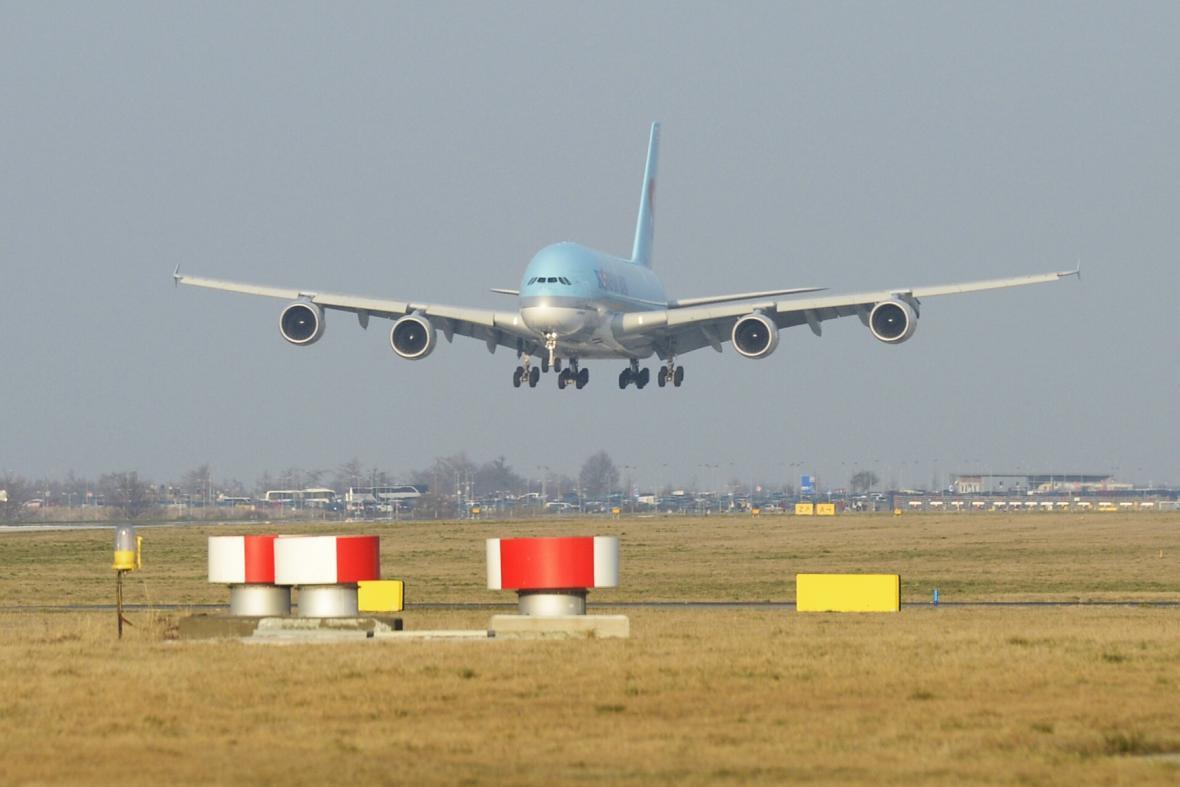 Airbus A380 při přistání na letišti v Praze