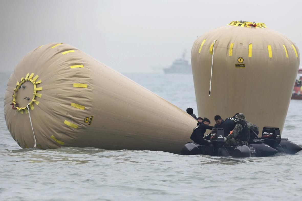 Záchranáři pumpují do potopeného trajektu vzduch
