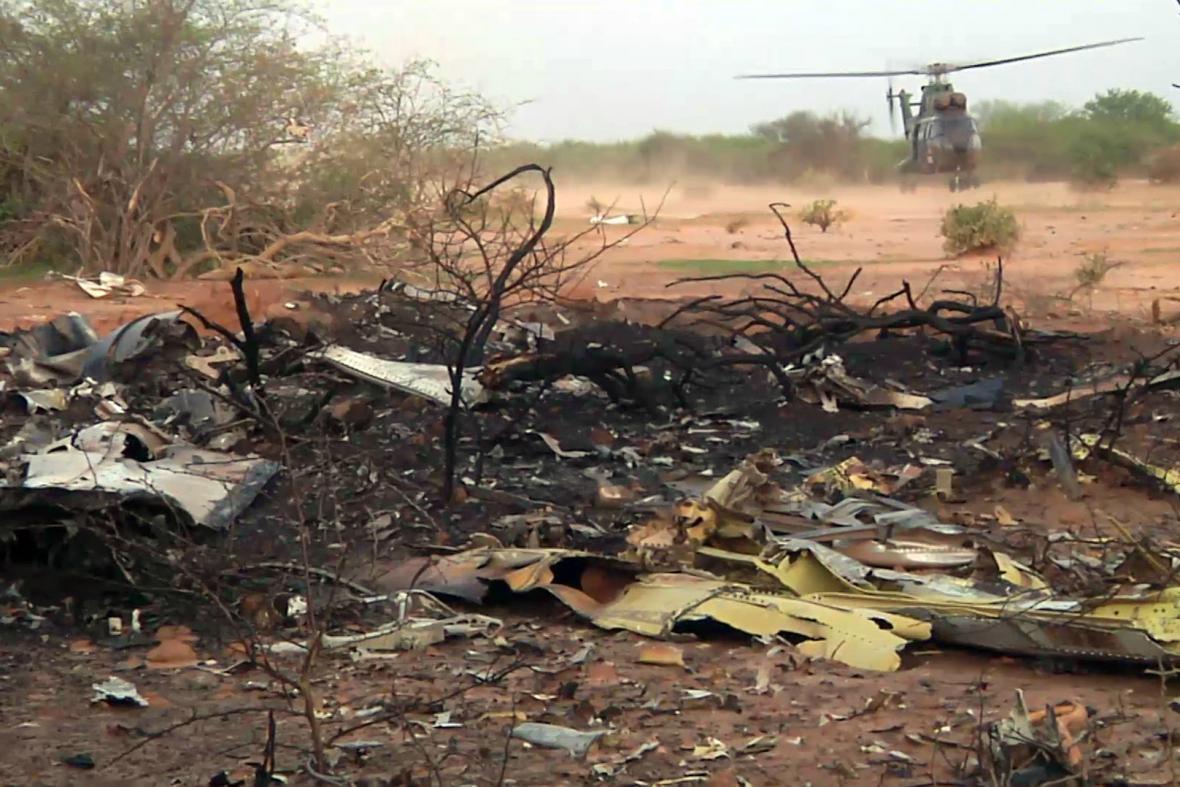 Trosky letadla zříceného v Mali