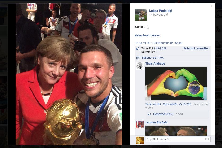 Selfie Lukase Podolského s Angelou Merkelovou