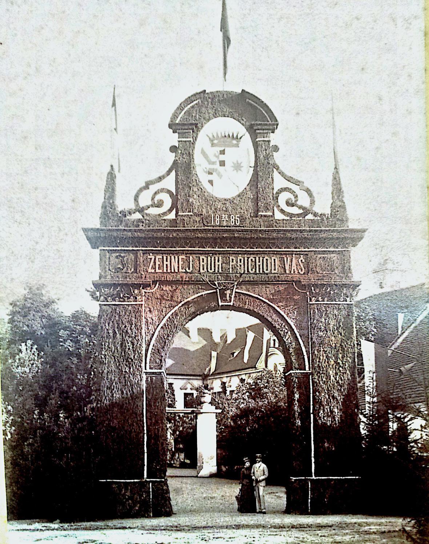 Brána zámku Choltice na fotografii z roku 1885