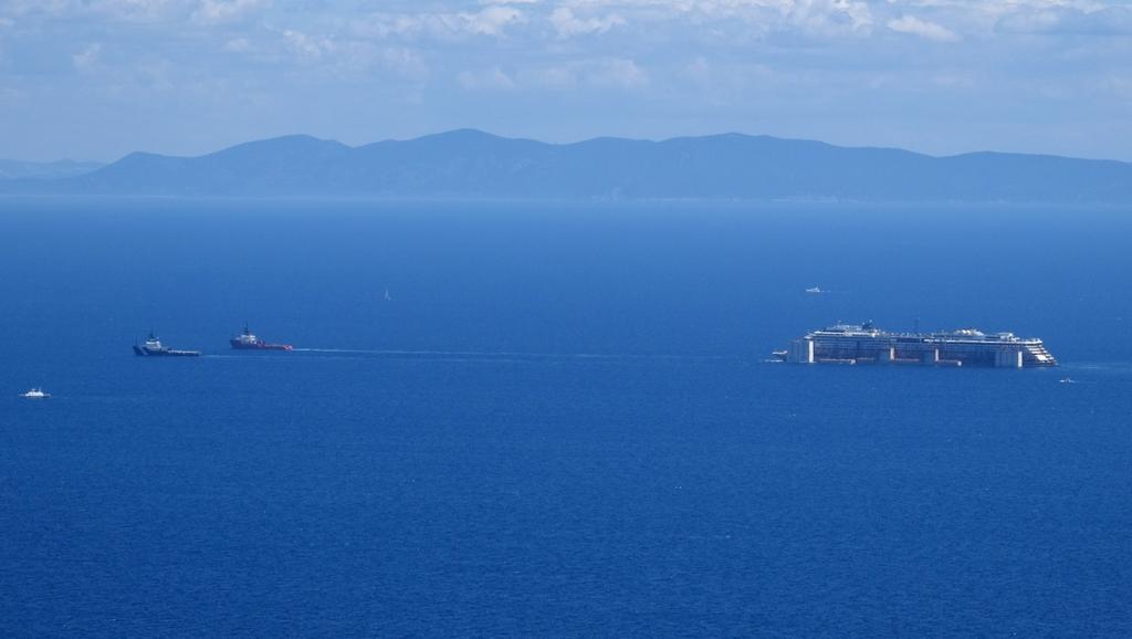 Vrak Concordie míří do přístavu zatím bez problémů