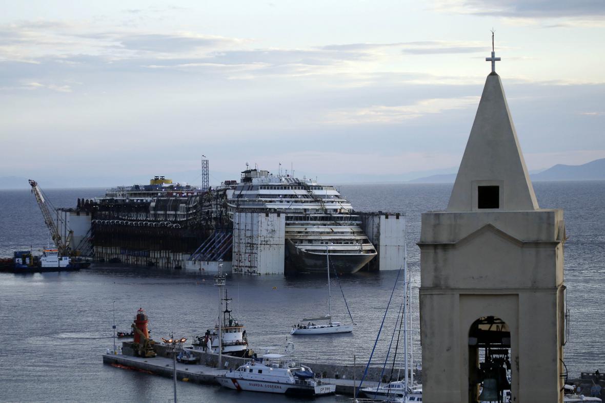 Costa Concordia krátce před odtažením