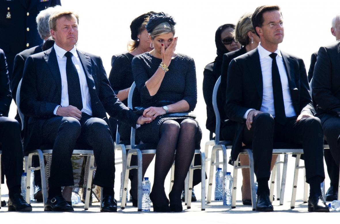 Po příletu do Eindhovenu oběti uctil královský pár a premiér