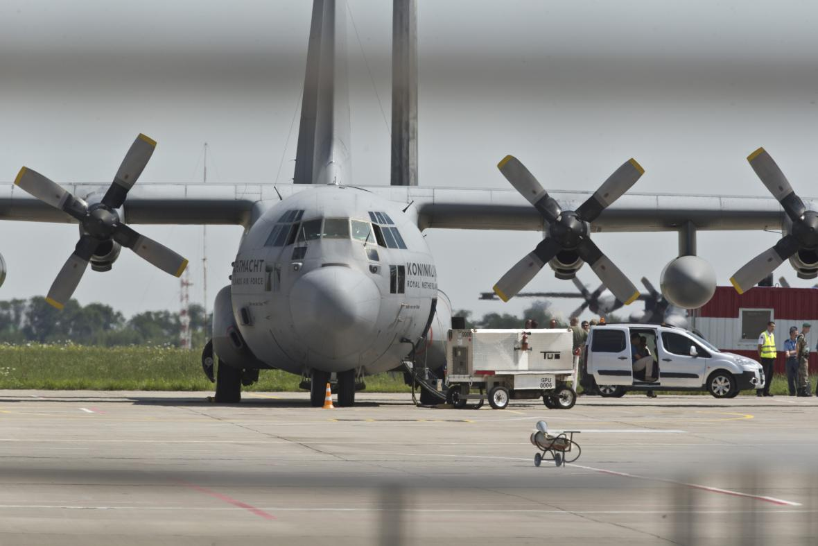 Letadlo s těly obětí přistálo na letišti v nizozemském Eindhovenu