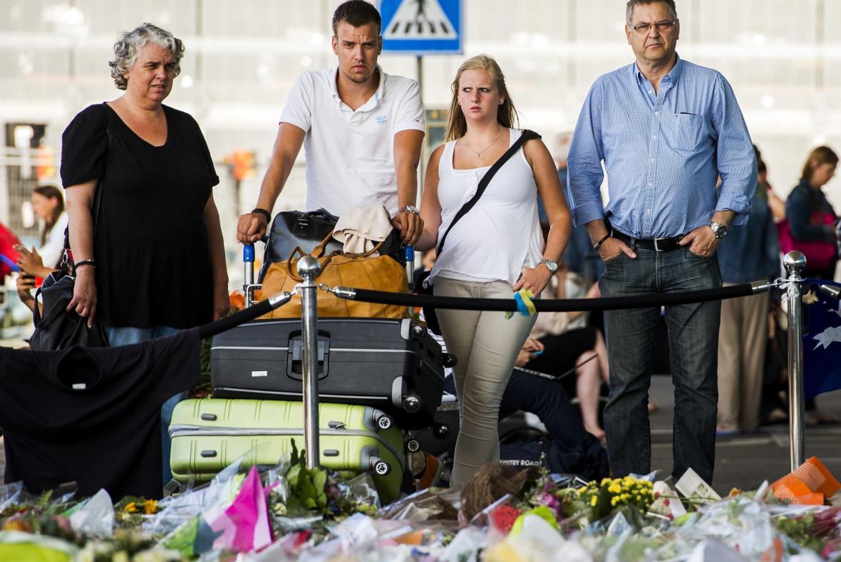 Lidé na letišti nechali na počest obětí květiny a vzkazy