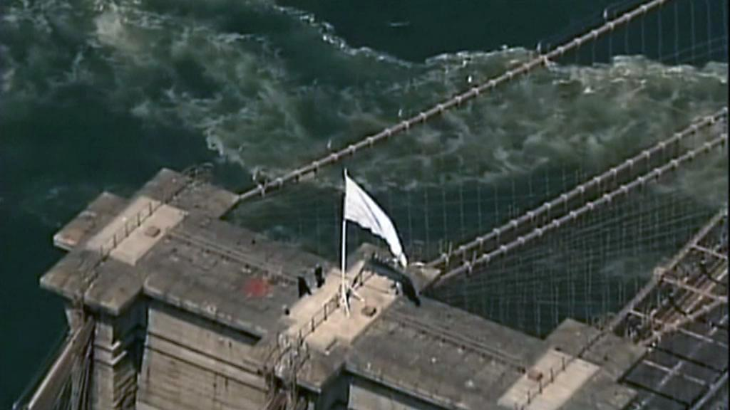 Bílá vlajka na Brooklynském mostě