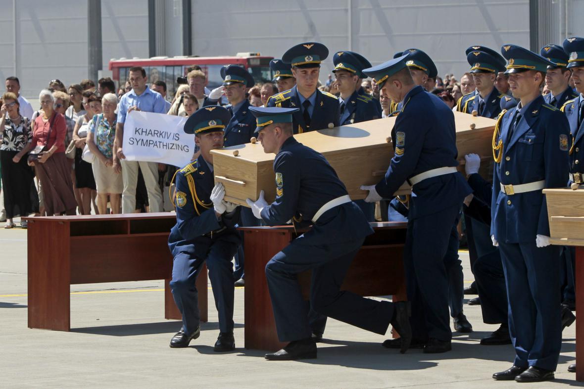 Smuteční ceremoniál na letišti v Charkově