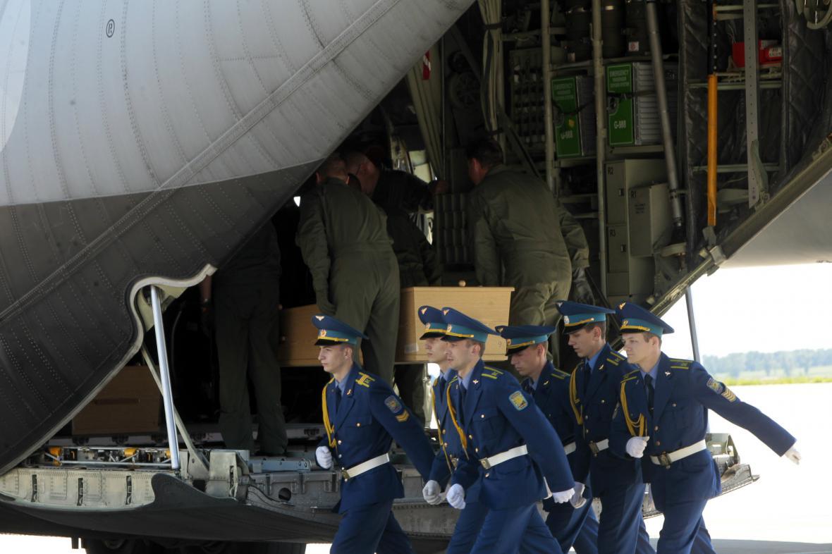 Převoz ostatků cestujících letu MH17 z Charkova