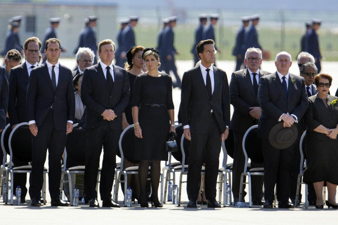 Královský pár a premiér Rutte při příletu ostatků cestujících z MH17