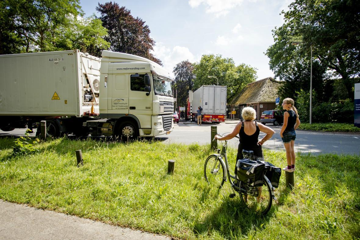 Kamiony s chladicími boxy převážejí ostatky cestujících z MH17