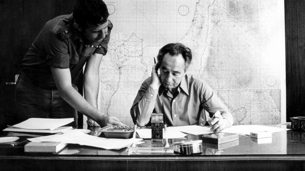 Peres v pracovně ministerstva obrany (1975)