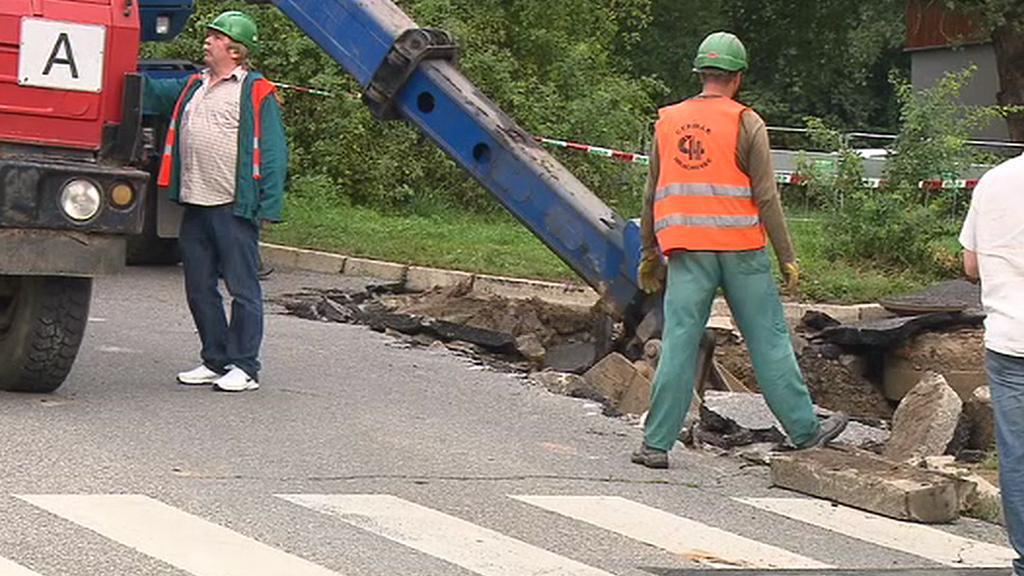 V pražské Ohradní ulici se propadla část chodníku a vozovky