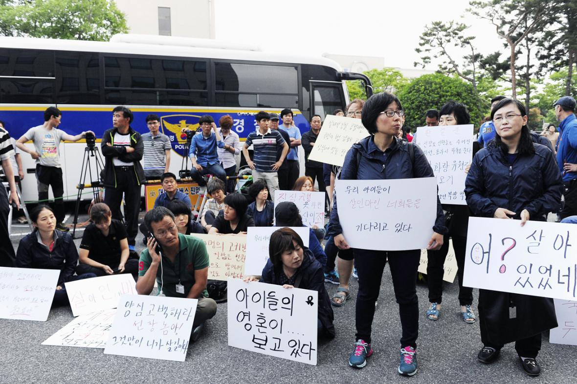 Rodiny obětí z trajektu Sewol před budovou soudu v Kwangdžu