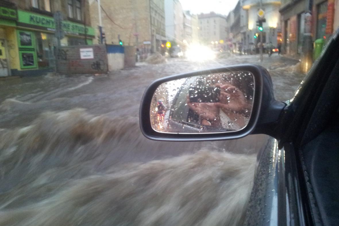 Přívalový liják na pražském Žižkově