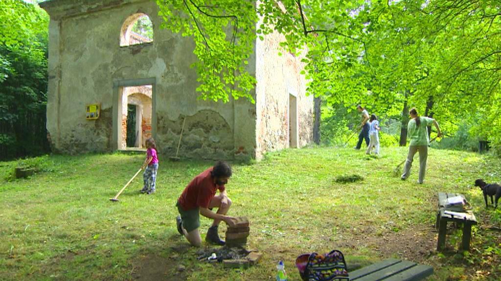 Dobrovolníci pečují o areál kaple sv. Anny