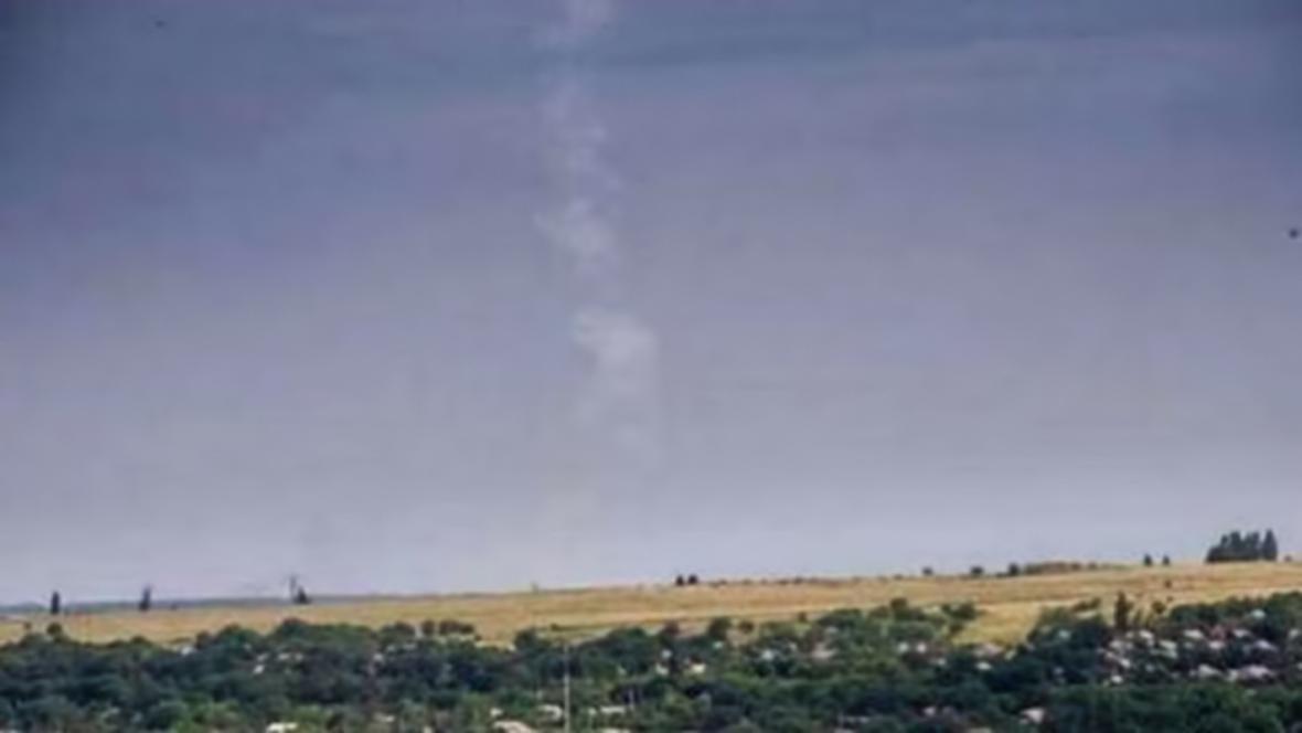 Snímek ukazující údajně kouřovou stopu po odpálení rakety ze systému BUK