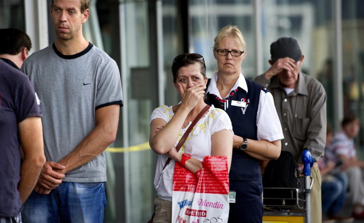 Smutek na amsterdamském letišti za oběti letecké katastrofy na východní Ukrajině
