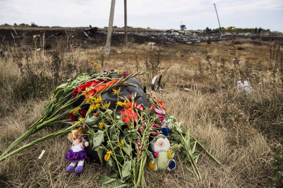 Igelitové pytle s těly obětí na místě katastrofy MH17