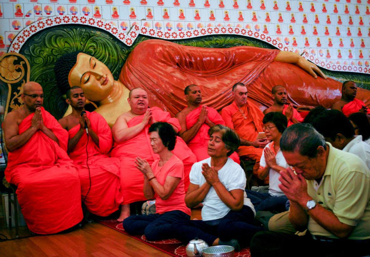 Buddhističtí mniši se modlí za oběti letecké katastrofy