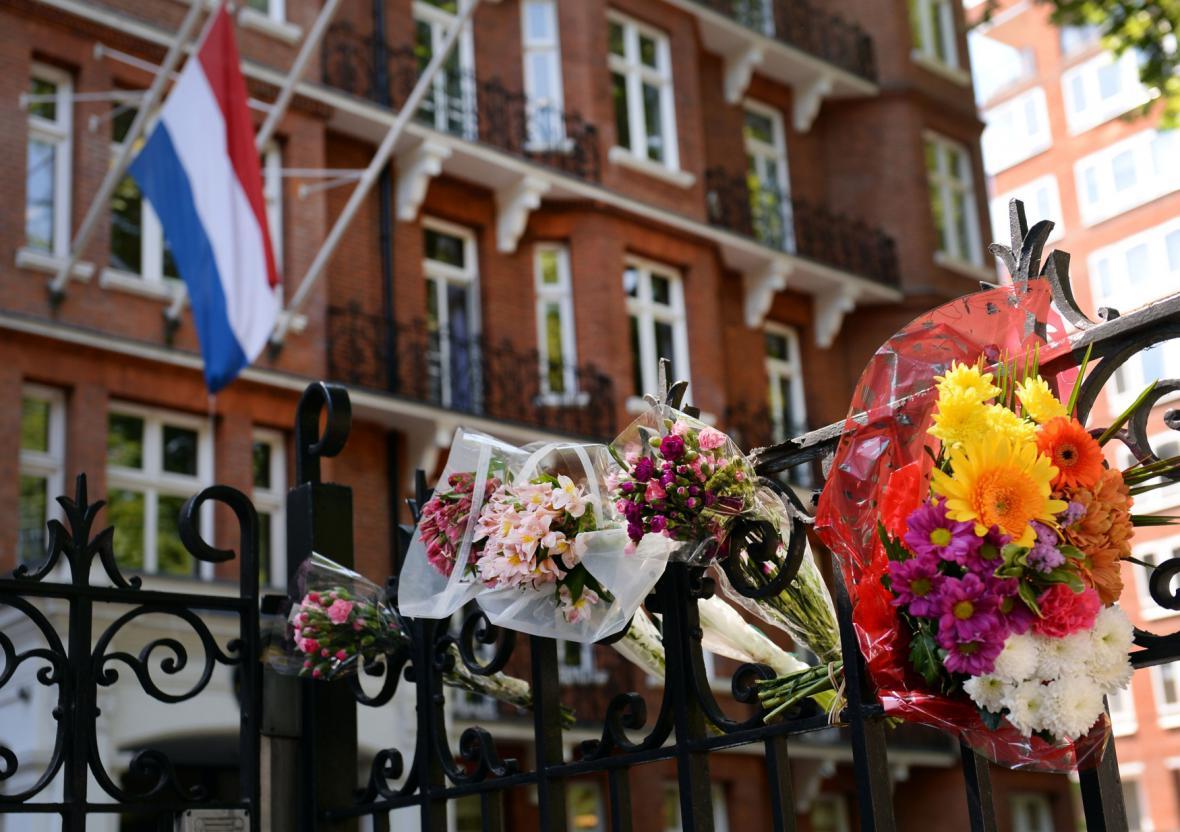 Památka obětem neštěstí MH17 v Londýně před holandskou ambasádou