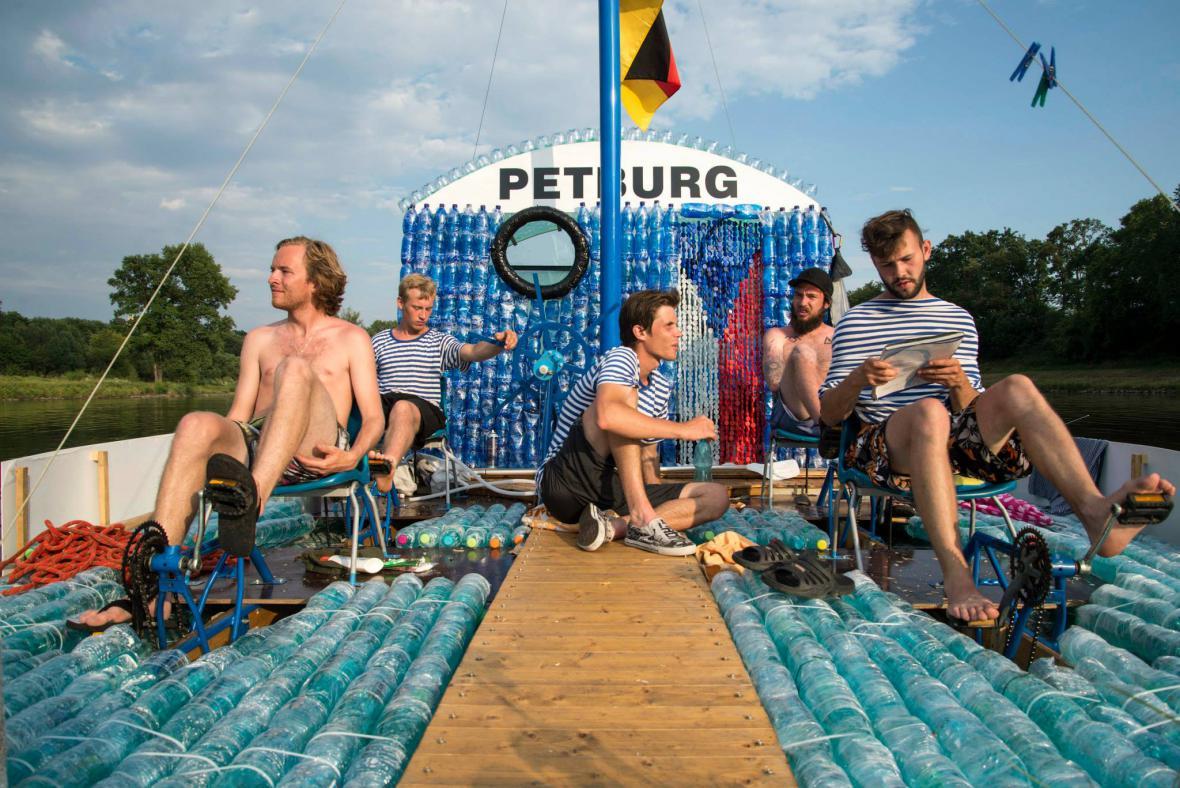 Z Nymburku do Hamburku na lodi z PET lahví